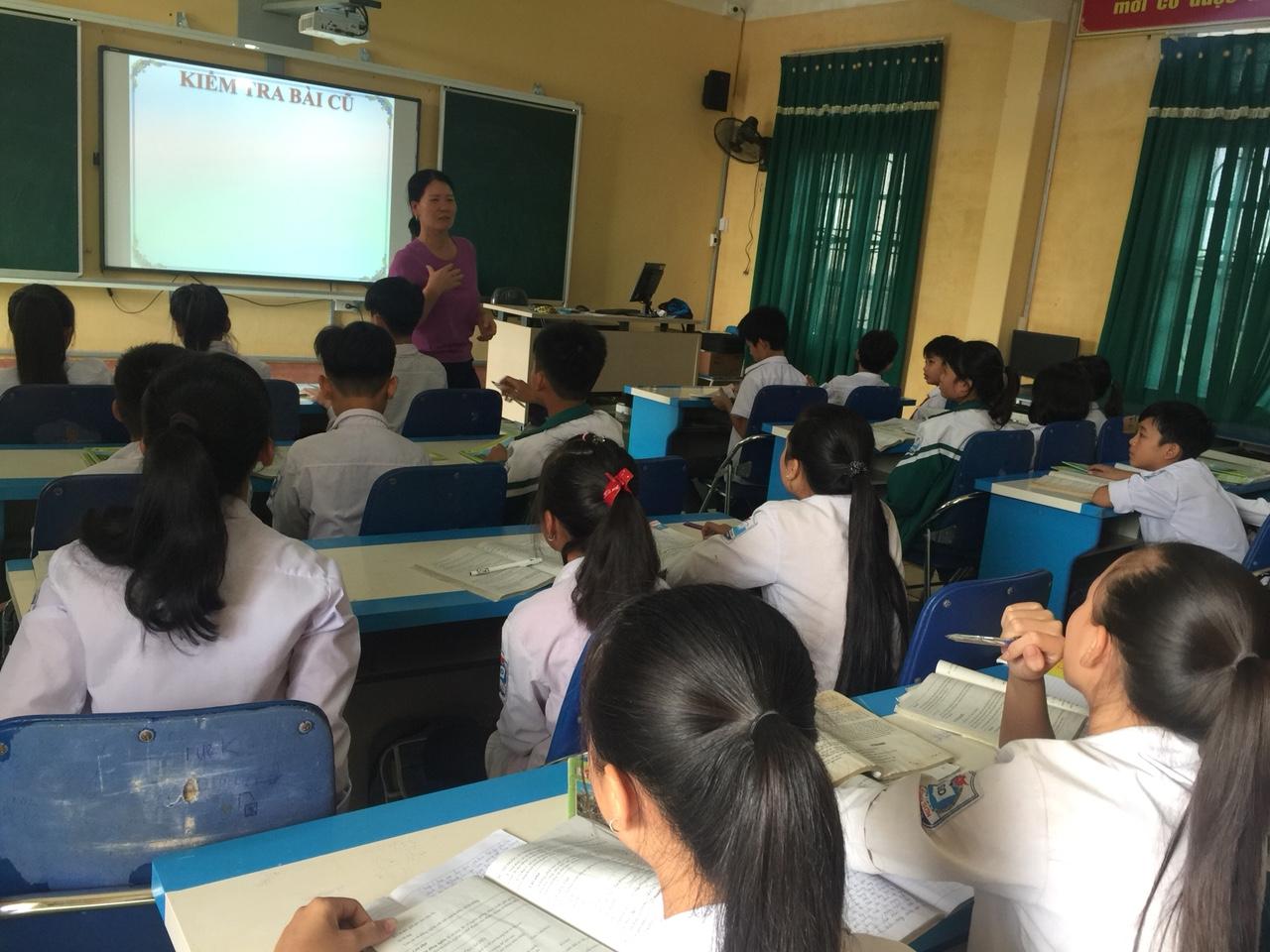 Cô giáo Phạm Thị Huế trong giờ hội giảng ngữ văn 7
